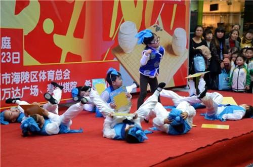 希朗幼儿园小朋友带来的开场舞蹈《上学堂》